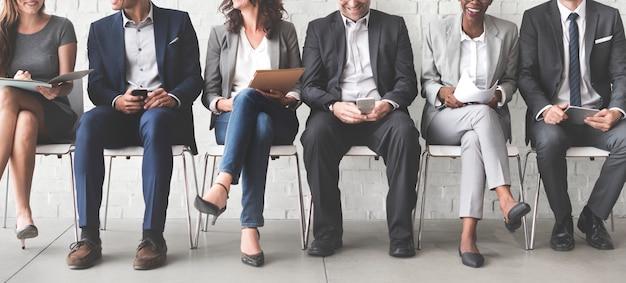 Executivos que encontram o conceito incorporado da conexão do dispositivo de digitas