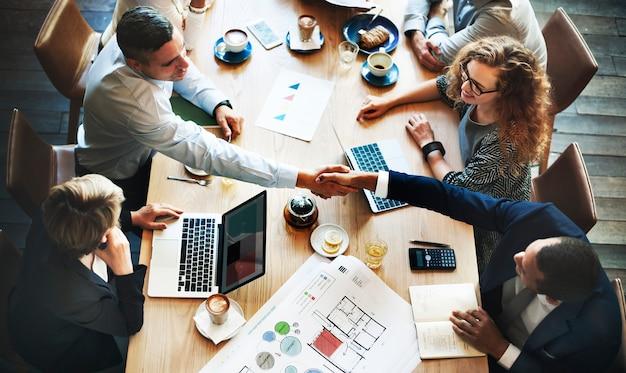 Executivos que encontram o conceito incorporado do aperto de mão da discussão