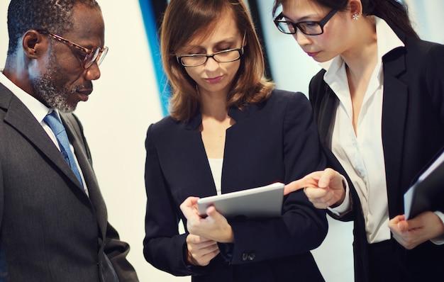 Executivos que encontram o conceito incorporado do aperto de mão do cumprimento