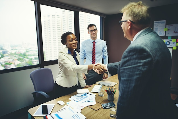 Executivos que encontram o conceito incorporado do cumprimento do aperto de mão