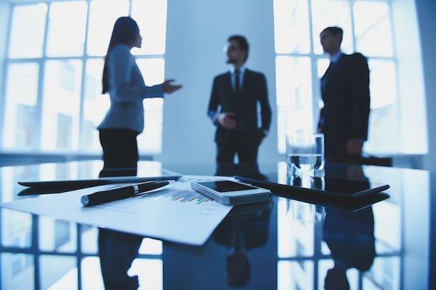 Executivos que negociam em uma reunião