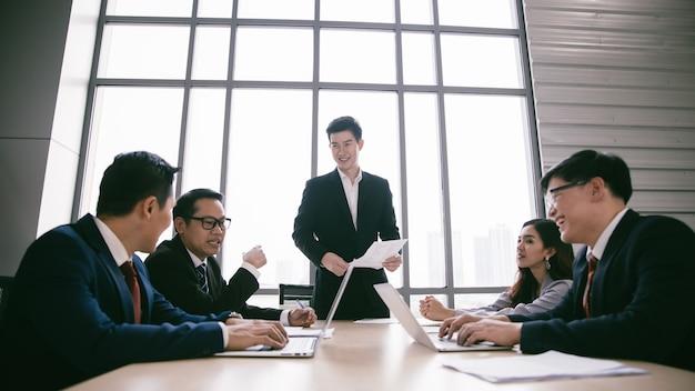 Executivos que trabalham na equipe de negócios corporativos da sala de conferências e gerente em uma reunião