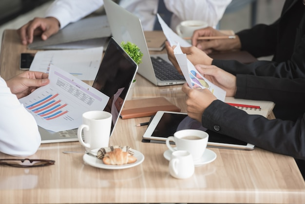 Executivos que trabalham na mesa de reunião junto no trabalho em equipe.