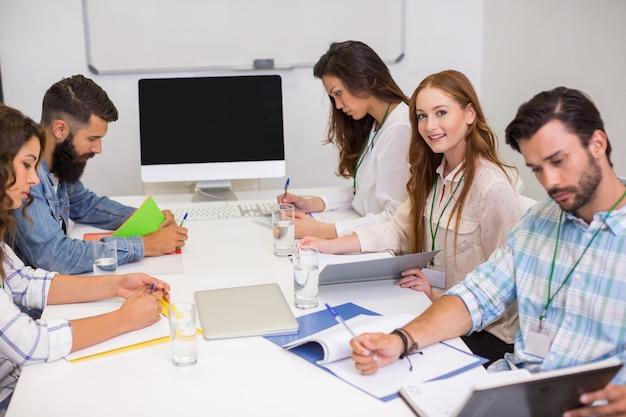 Executivos que trabalham na sala de conferências
