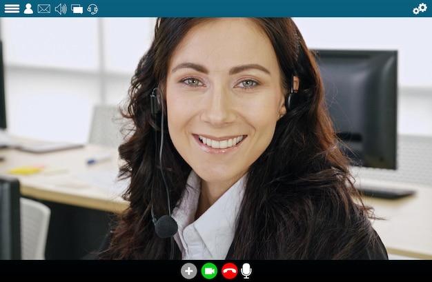 Executivos se reunindo em um aplicativo de videoconferência na visualização de monitor de laptop