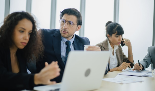 Executivos trabalhando em sala de conferências