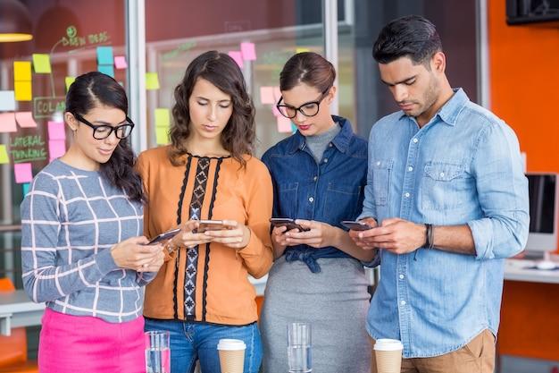 Executivos usando dispositivos móveis