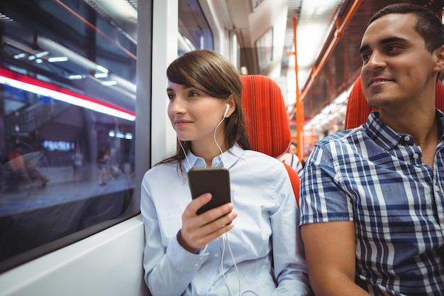 Executivos viajando de trem
