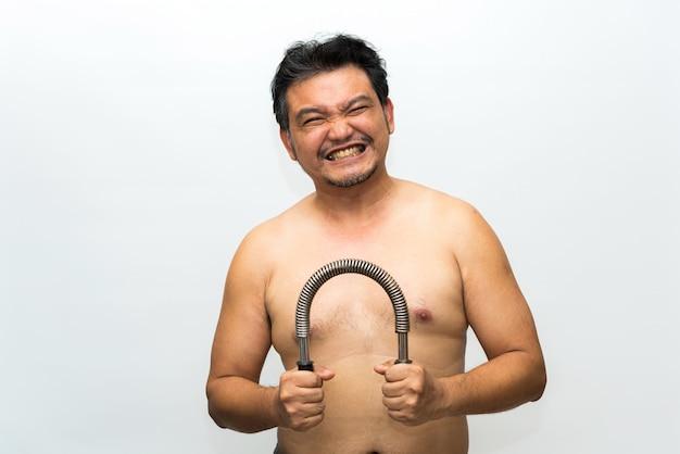 Exercício asiático do homem usando a barra do poder da mola de poder