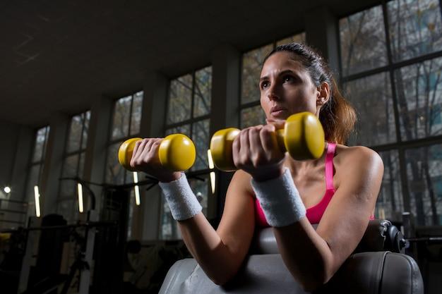 Exercício com halteres