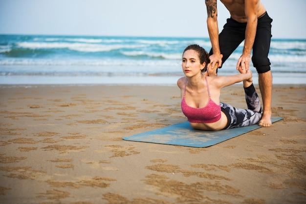 Exercício da ioga que estica o conceito do verão da concentração da meditação