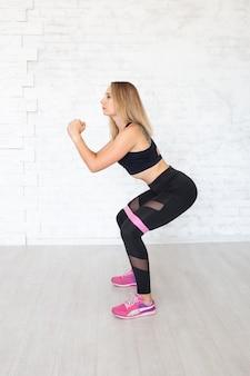 Exercício da mulher com elástico