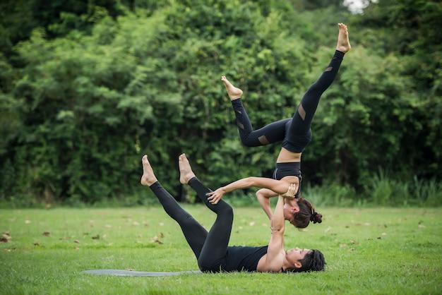 Exercício de ação de ioga saudável no parque