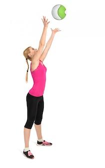 Exercício de bola de medicina jogando feminino