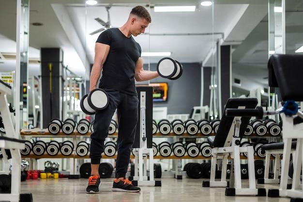 Exercício de braço de baixo ângulo com pesos