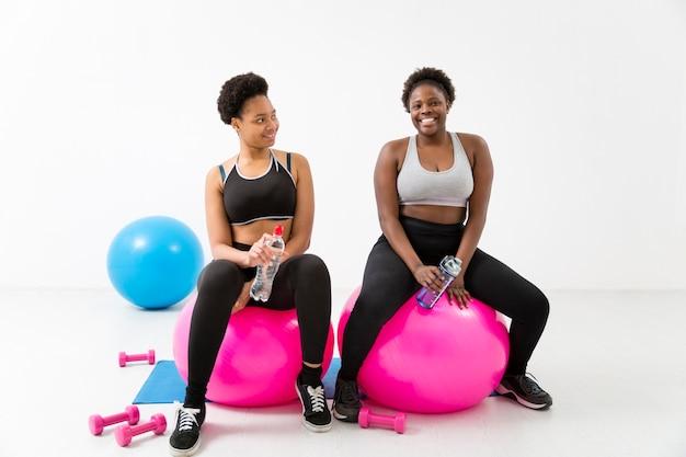Exercício de fitness com bolas de fitness