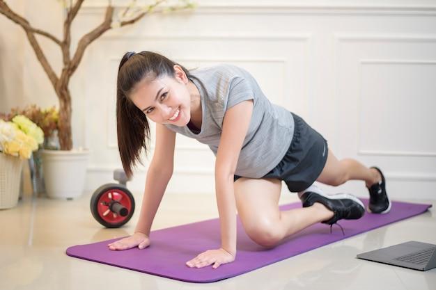 Exercício de fitness mulher em casa