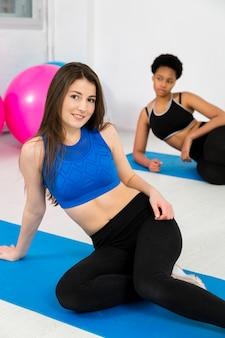 Exercício de fitness na esteira com mulheres