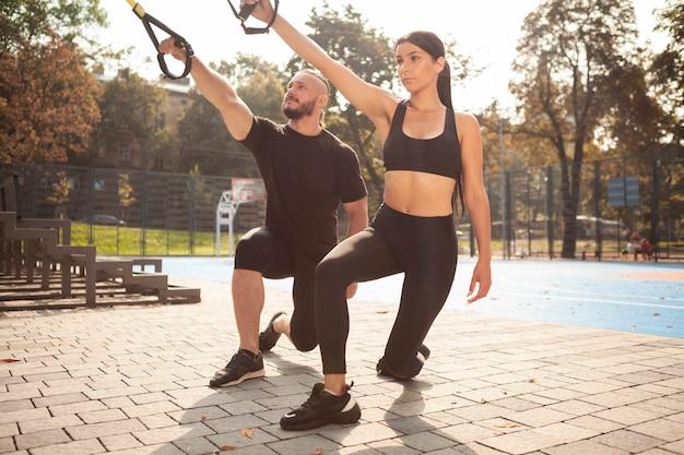 Exercício de força de treino ao ar livre