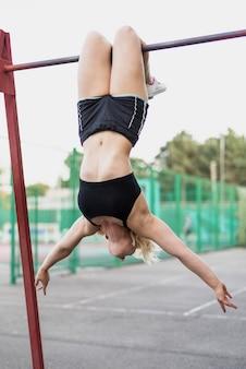 Exercício de força esportiva mulher no estádio