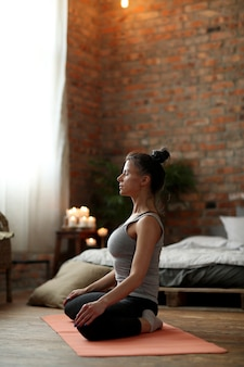 Exercício de ioga em casa
