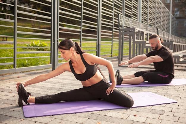 Exercício de ioga na esteira para esticar o corpo