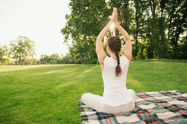 Exercício de ioga no parque da cidade