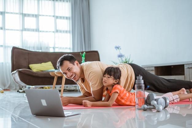 Exercício de jovem apto asiático fazendo tábuas no tapete em casa. alongamento e treino sozinho