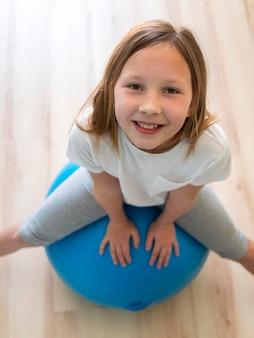 Exercício de menina na bola