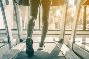 Exercício de mulher no ginásio fitness