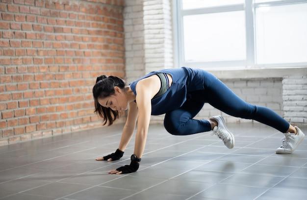 Exercício de mulheres asiáticas indoor em casa agiu