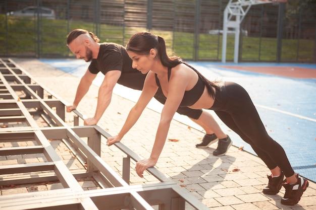 Exercício de resistência corporal com jovens amigos