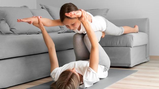 Exercício de resistência de mãe e filha