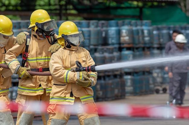 Exercício de treinamento de desastre retratando o posto de gasolina em lampang, tailândia