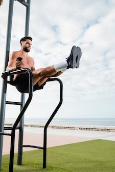 Exercício de treinamento de manhã à beira-mar