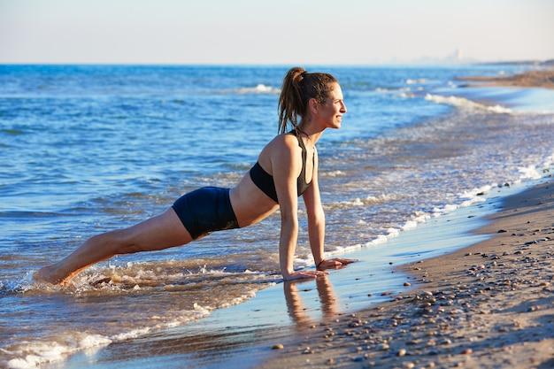 Exercício de treino de yoga pilates ao ar livre na praia