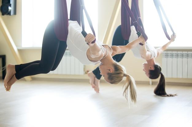 Exercício de yoga aéreo