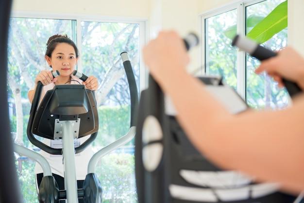 Exercício em fitness, esporte e saudável, em forma e firme