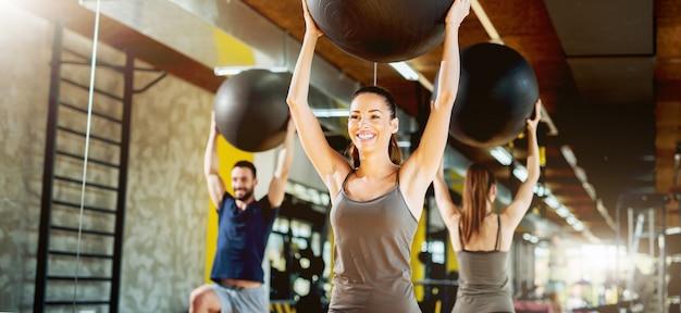 Exercício no ginásio com bola de pilates.