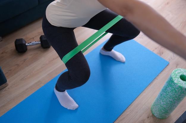 Exercícios de banda de resistência com close up de equipamento de tecido elástico