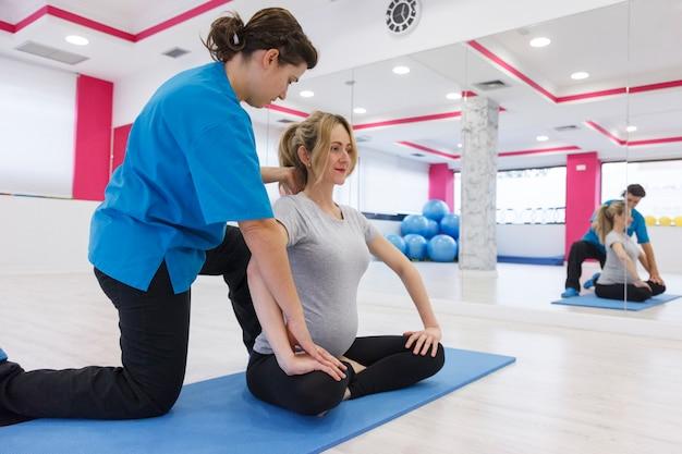 Exercícios de gravidez com instrutor para mãe iniciante
