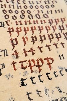 Exercícios de ortografia e caligrafia em papel amarelo