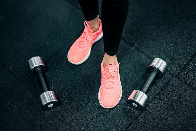 Exercícios de treino de esporte com halteres