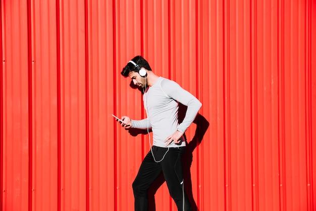 Exercitando o homem usando smarphone