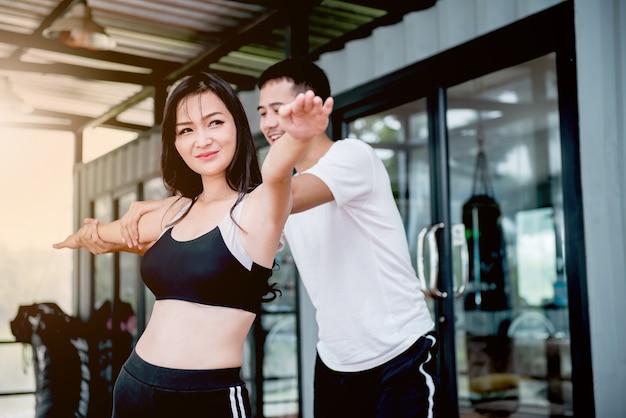 Exercite-se com o treinador em fitness, ajuste e firmeza