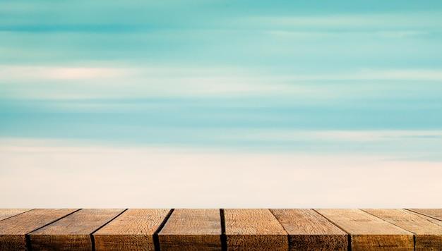 Exiba o balcão da prateleira do tabuleiro de madeira com espaço de cópia para o pano de fundo da publicidade e o fundo com o fundo do céu claro da nuvem azul