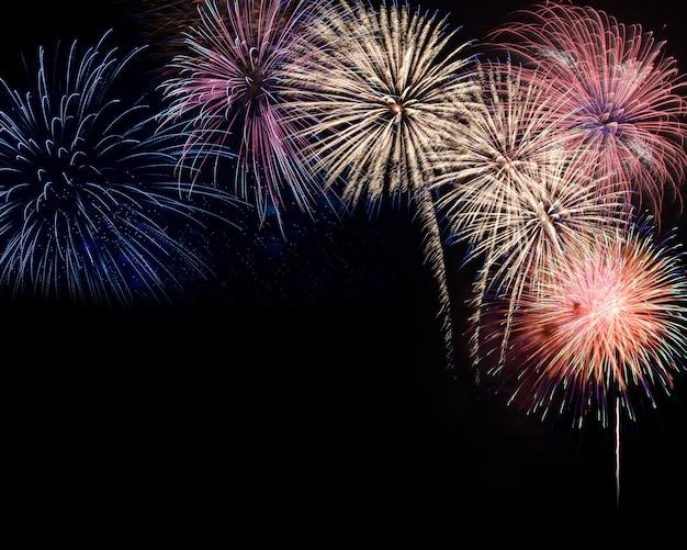 Exibição de fogos de artifício em fundo preto