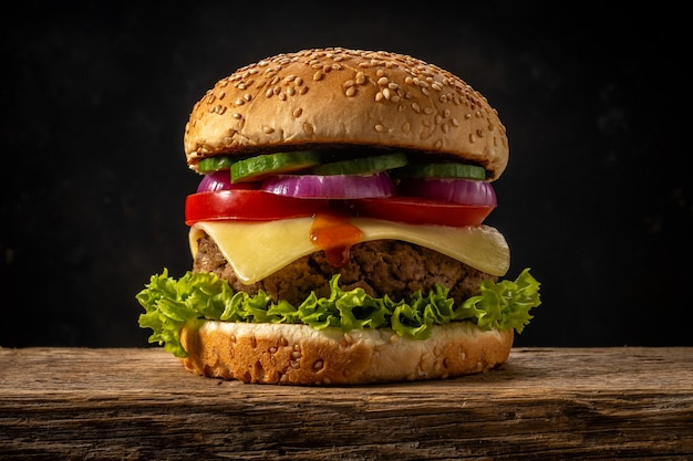 Exibição de hambúrguer saboroso fresco na mesa rústica de madeira.