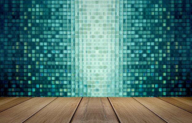 Exibição de mesa de madeira para o presente produto com mosaico de vidro no fundo.