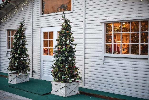 Exibição de uma árvore de natal em uma entrada de loja
